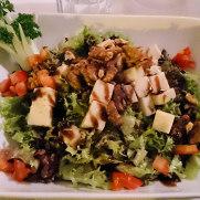 Ресторан Rustico. Салат с козьим сыром и орехами