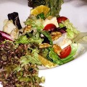 Ресторан Charolais. Салат с козьим сыром и орехами