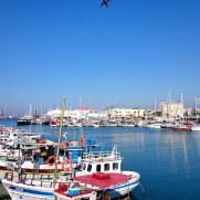 Взлёт самолета над портом. Ираклион. Крит, 2015