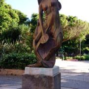 Скульптура служанки в Центральном парке Ираклиона. Крит, 2015