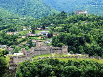 Беллинцона. Замки Монтебелло и Сассо Корбато (вверху)