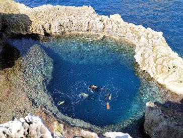 Аквалангисты в Голубой дыре (Blue Hole). Гозо, Мальта