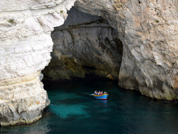 Лодки с туристами в Голубом гроте