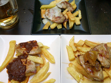 La Bodega de St. Fernando. Тапасы. Свиная вырезка в соусах: рокфор (сверху), пикантном (слева) и виски (справа)