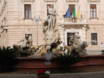 Фонтан Артемиды на площади Архимеда. Сиракуза. Сицилия, 2010