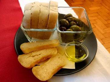 Ресторан Momentos. Сыр, оливки, хлеб
