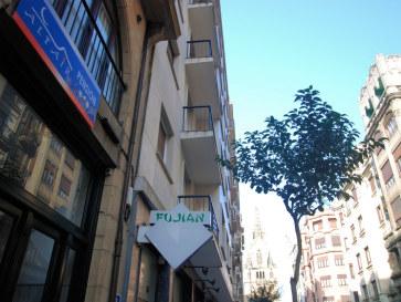 У входа в пансион Altair. Сан-Себастьян, Испания, 2011
