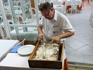 Разделка рыбы. Ресторан La Caracola. Фуэнхирола, 2017