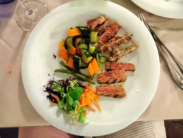 Тальята из говядины с тимьяном с овощным салатом.  Ресторан Al Braciere, 2018