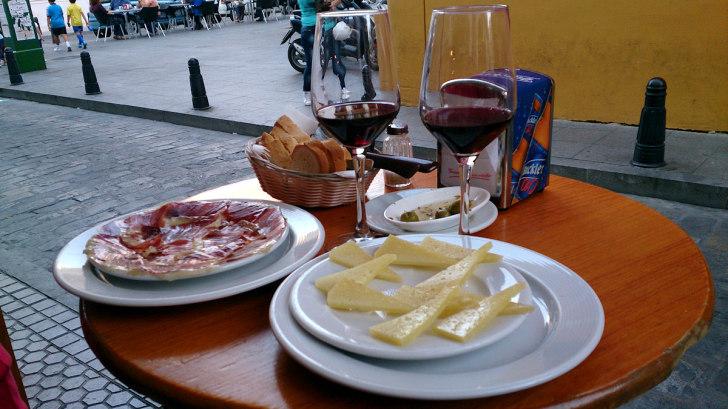 Тапас-бар Eslava. Столик на улице. Вино, хамон и сыр
