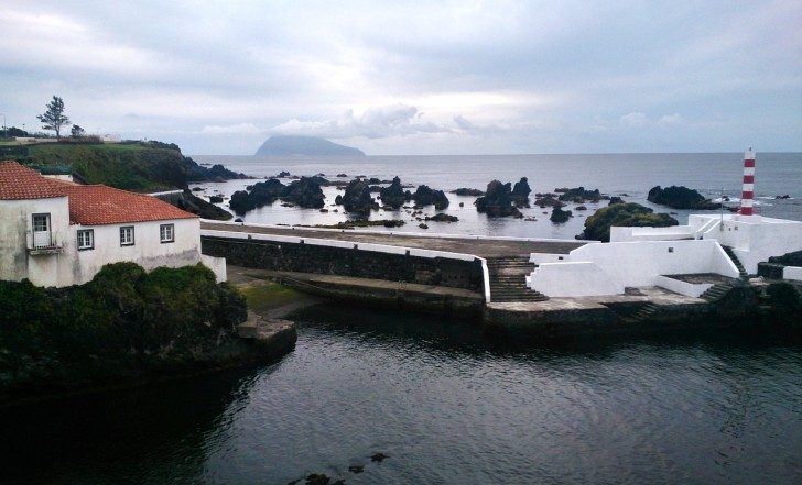 Вид на порт и остров Корву. Санта Круш. Остров Флореш