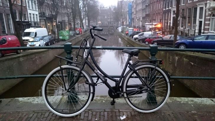 Амстердам. Канал. Мост. Велосипед