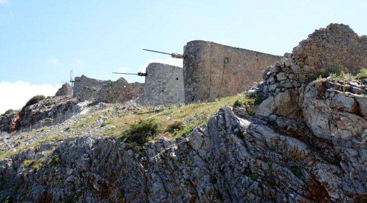 Руины венецианских каменных мельник. Плато Ласити, крит, 2015