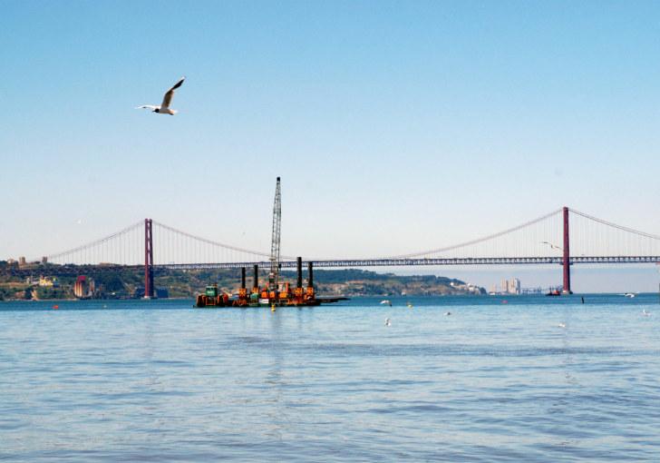Мост через Тежу. Лиссабон, Португалия. 2010