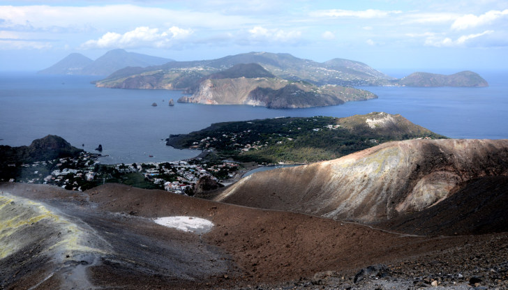 Вид с верхней точки кратера. Вулкано, Италия. 2015