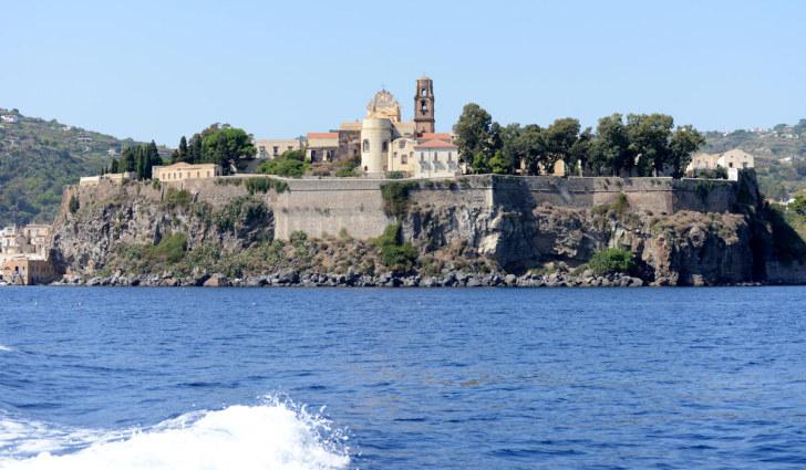 Кафедральный собор и крепостные стены XVI века. Липари. Италия, 2015