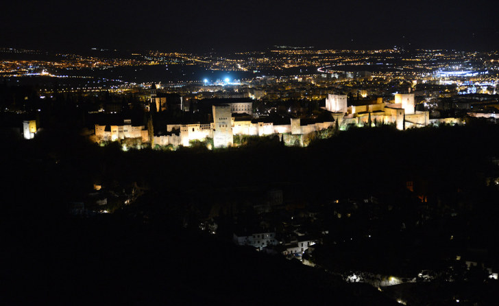 Вид на Альгамбру ночью с Сакромонте. Гранада, Испания, 2015