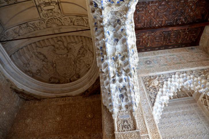 Фрагмент потолка в Дворце Львов. Альгамбра. Гранада, Испания, 2015