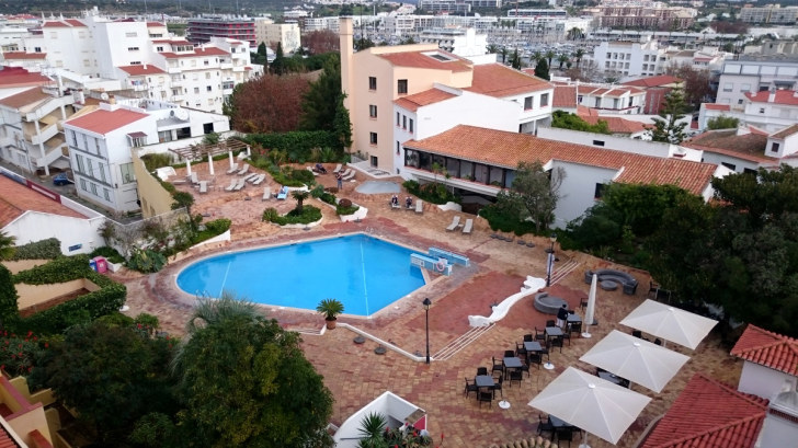 Гостиница Tivoli. Вид на бассейн и спорткомплекс