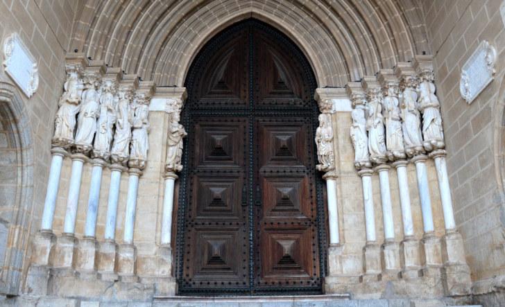 Двенадцать апостолов на вратах Эворского собора. Португалия, 2016