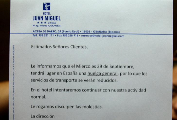 Объявление о всеобщей забастовке. Гостиница Juan Miguel, Гранада, Испания, 2010