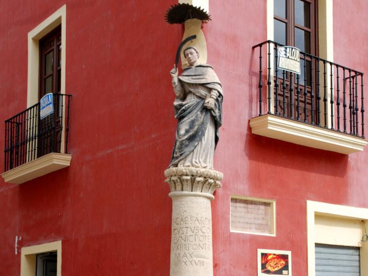 Римский дорожный столб на углу площади Сан Висенте, Лорка, Испания, 2010