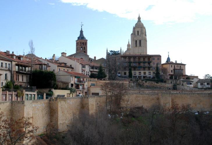 Вид на Сеговию из-за городских стен. Испания, 2010