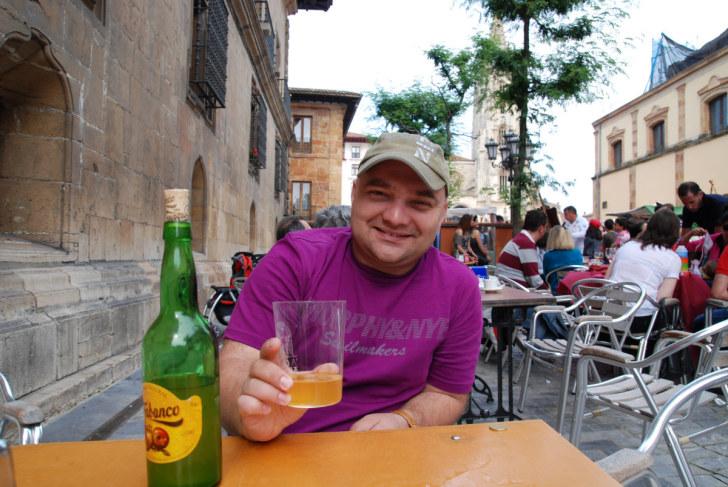 Со стаканом сидра. Овьедо, Астурия, Испания, 2011