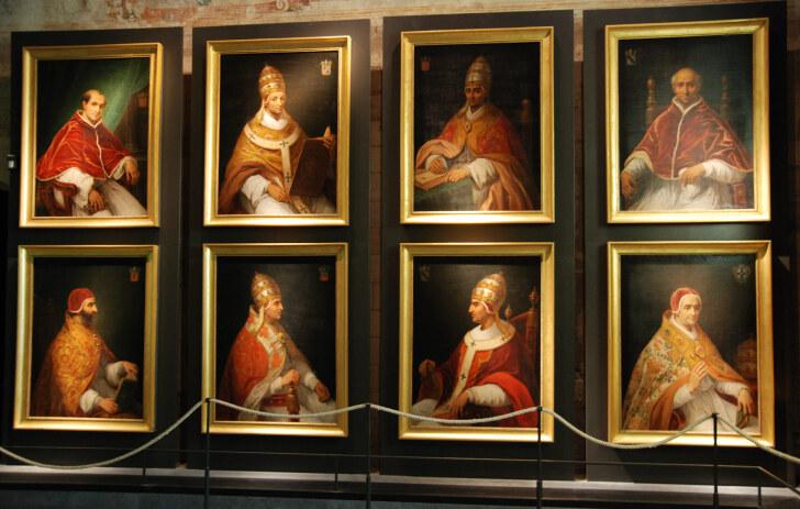 Слева-направо: папы  Климент V, Иоанн XXII, Бенедикт XII, Климент VI, Иннокентий VI, Урбан V, Григорий XI и антипапа Климент VII. Авиньон. 2011